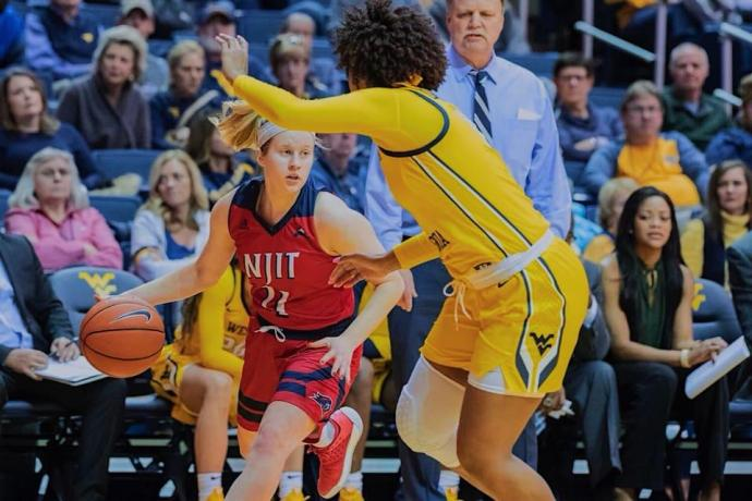 Jordan Ireland playing basketball for NJIT